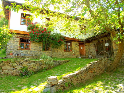 Село Лещен е старинно родопско селище със запазени стари български къщи. Голяма част от старите къщи в селото са реставрирани, като е запазен автентичният им архитектурен стил