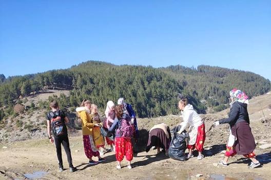 Доброволна бригада за събиране на разпиляни битови отпадъци край село Рибново.