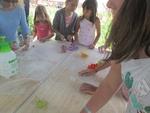 Деца от родопското село Могилица претворяват занаят от миналото в красиви брошки