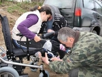 Момичето, което плете терлици с крака, получи акумулаторна количка