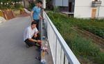 С доброволен труд и лични средства младежи от село Чепинци боядивсат уличен парапет